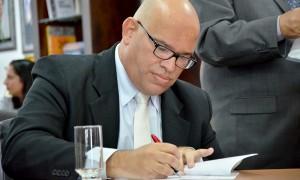 Foto 2 - Secretário de Cultura Melck Aquino assina o termo de posse - Foto Carlos Magno Secom