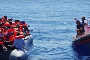 Os imigrantes resgatados foram encaminhados para o Porto de Crotone, na Calábria, onde foram socorridosLusa/EPA/MOAS.EU - Direitos Reservados