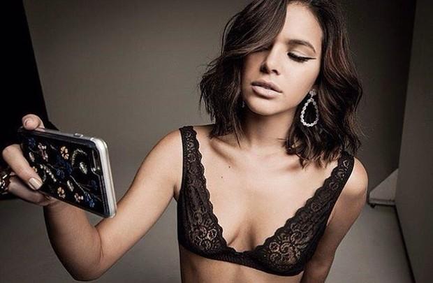 Bruna Marquezine faz selfie de sutiã durante ensaio fotográfico de moda