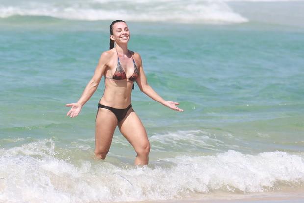 Aos 48 anos, Carla Marins exibe o corpo sarado em dia de praia