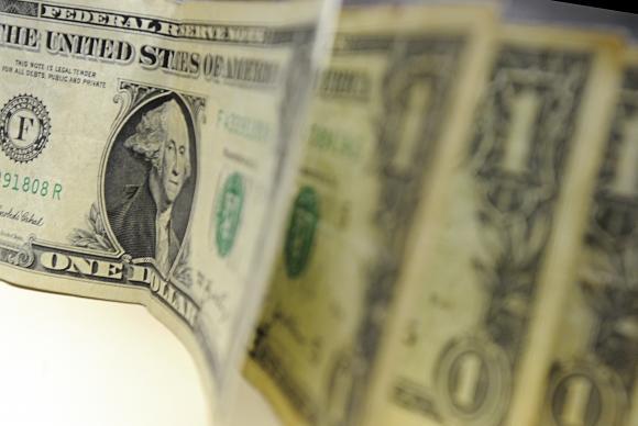 Dólar segue em queda e fecha o dia cotado a R$ 3,93