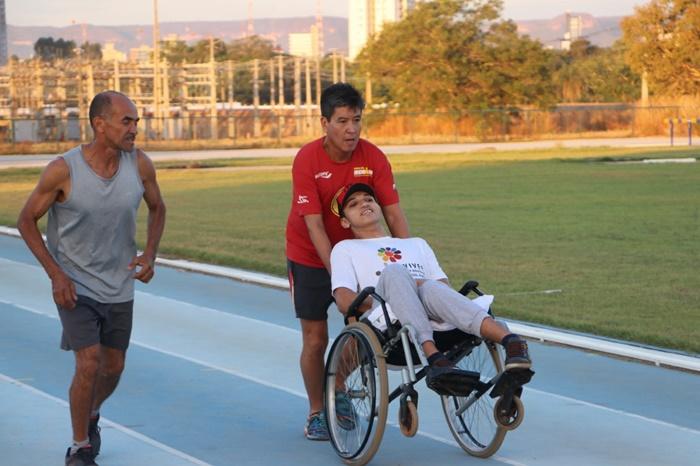 Voluntários que guiarão atletas paralímpicos recebem instruções