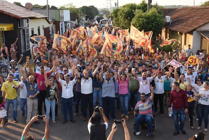 Multidão recepciona Carlesse e reunião vira grande caminhada em Gurupi
