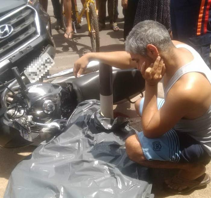 Marido chora ao lado do corpo da mulher morta em acidente de trânsito