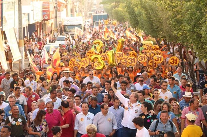 Acompanhado por milhares em caminhada, Carlesse encerra campanha em Gurupi