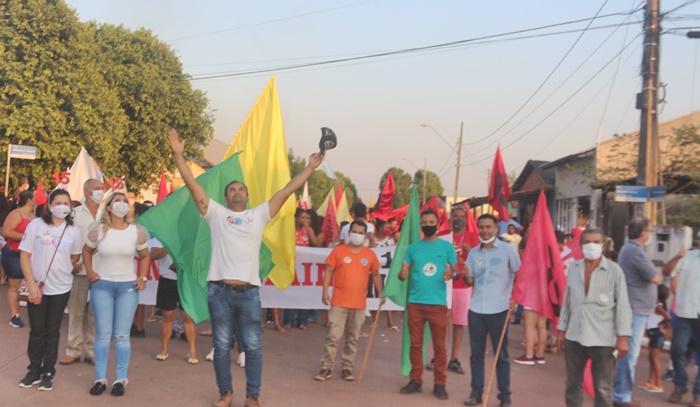 Candidato a prefeito, Jackson Soares, arrasta uma multidão durante caminhada pelas ruas de Darcinópolis