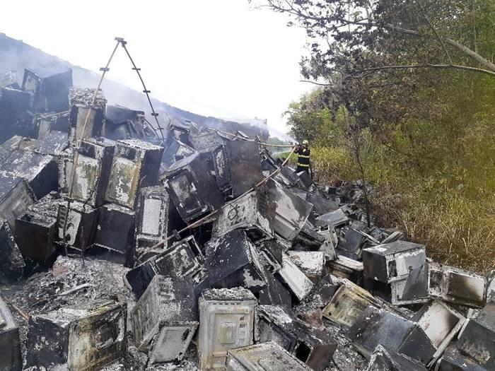 Caminhão carregado com micro-ondas tomba e pega fogo na BR-153 após pneu estourar