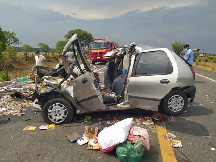 Acidente entre carro e caminhonete deixa três mortos e crianças em estado grave na BR-153