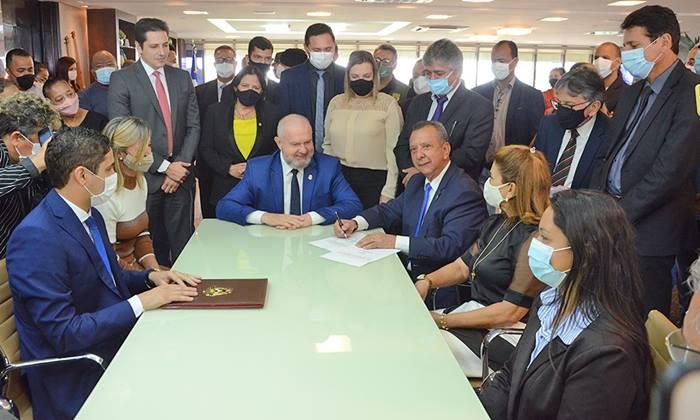 Governador Carlesse reassume Palácio Araguaia e agradece Antonio Andrade pelo trabalho realizado à frente do Executivo