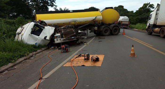 Bombeiros são acionados para retirar motorista preso na cabine do caminhão