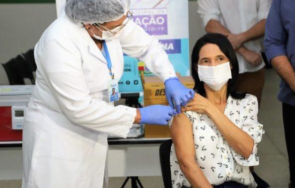 Técnica em enfermagem é a primeira a receber a dose da vacina contra covid em Araguaína