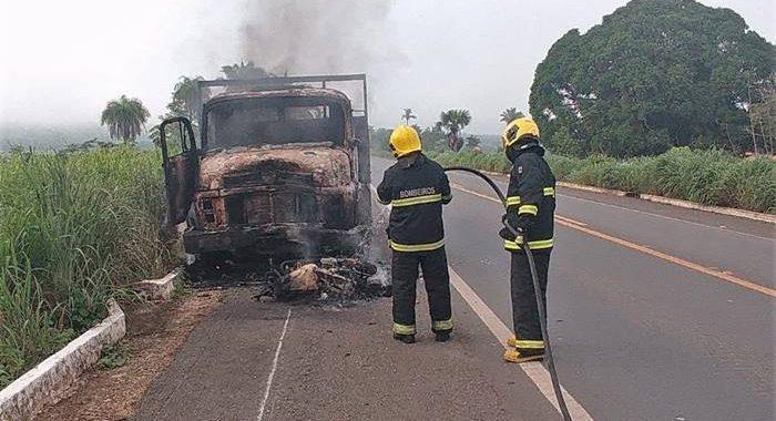 Caminhão e moto pegam fogo em ocorrência atendida pelo CBMTO