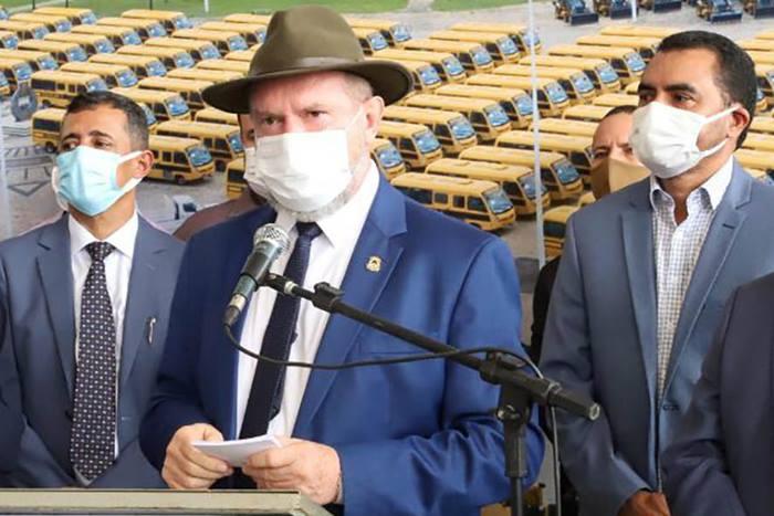 Governador Carlesse inicia entrega de máquinas pesadas e ônibus escolares a municípios tocantinenses