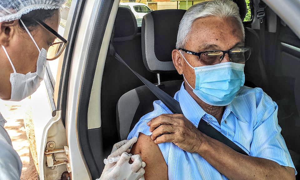 Aos 80 anos, Fenelon Barbosa, primeiro prefeito de Palmas  recebe primeira dose da vacina contra a Covid-19