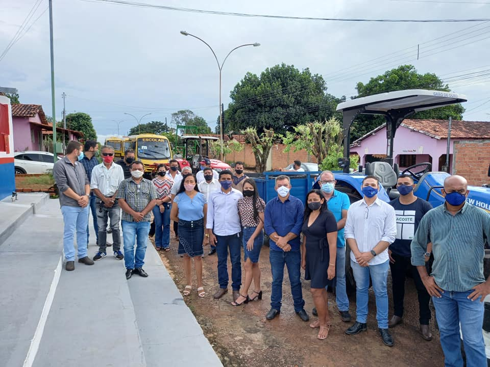 Prefeito Neurivan Rodrigues entrega tratores e ônibus novos para a população de Carmolândia