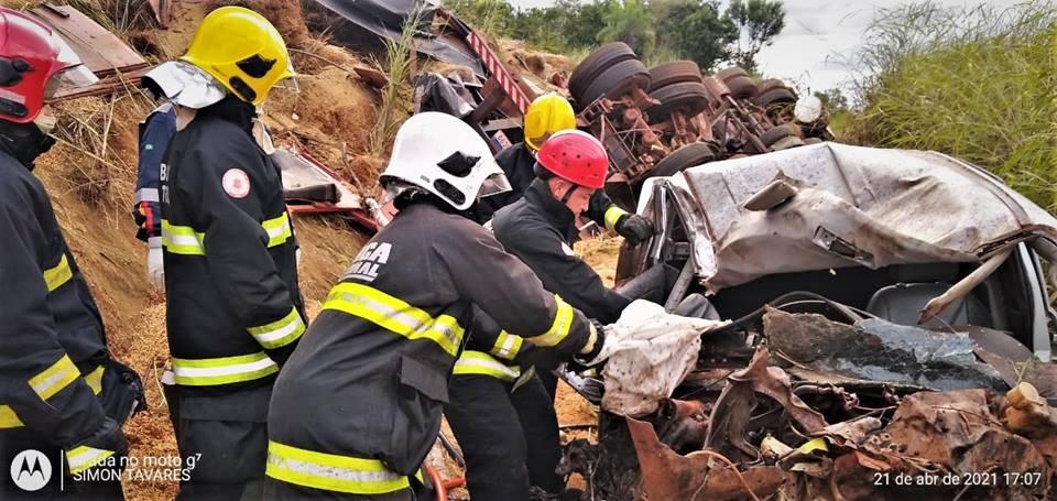 Bombeiros militares resgatam vítima em grave acidente em Palmas