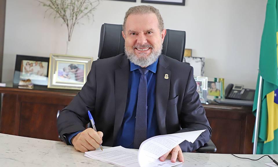 Governador Mauro Carlesse formaliza acordo para aquisição de 1 milhão de doses de vacinas contra a Covid-19
