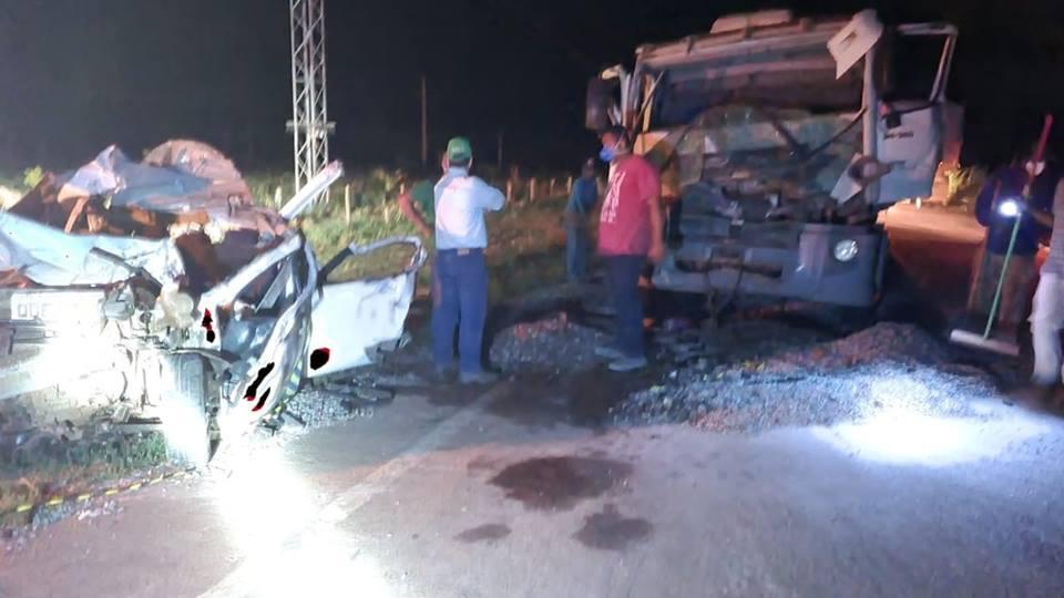 Três pessoas morrem e duas ficam feridas após engavetamento envolvendo carro e caminhões