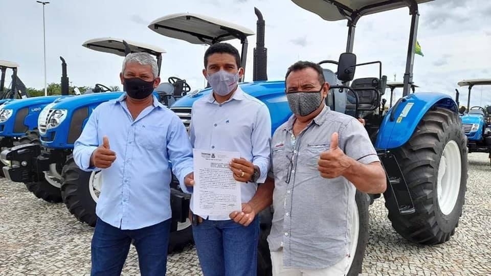 Em Palmas, prefeito Neurivan recebe trator agrícola do Governo do Tocantins