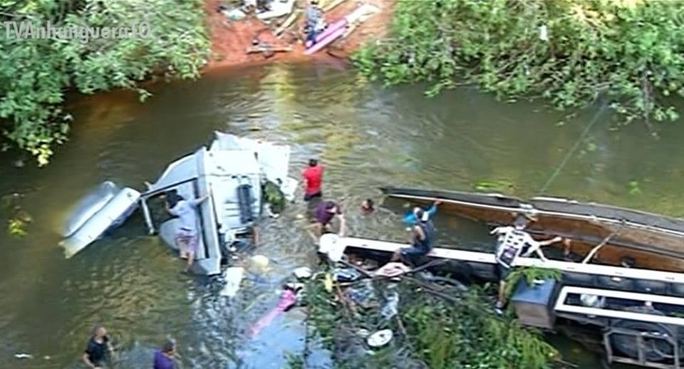 Caminhão cai de ponte e fica praticamente submerso após ser atingido por outra carreta na BR-153