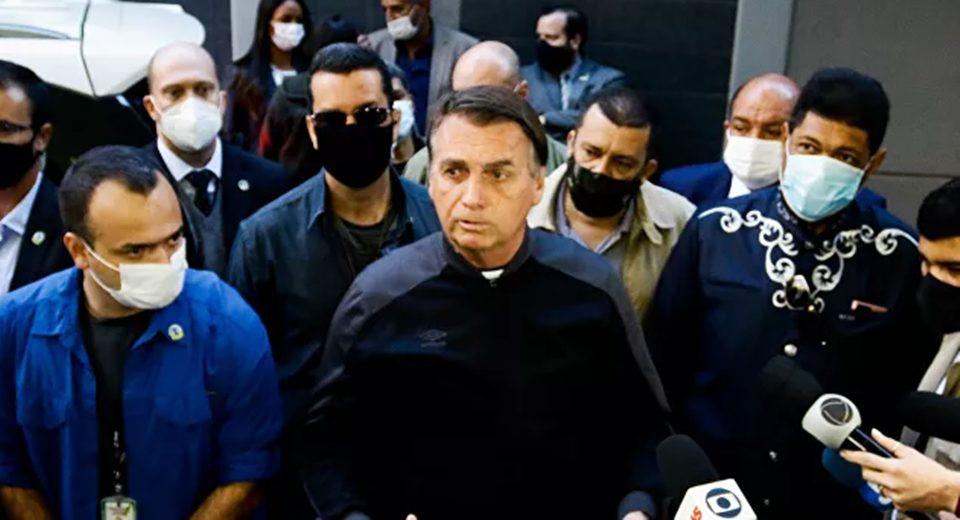 Ao sair do hospital, Bolsonaro defende Pazuello e diz que propina 'é pelado dentro da piscina'