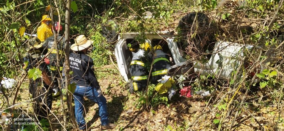 Mãe e filha morrem após caminhonete capotar na BR-153 em Paraíso do Tocantins