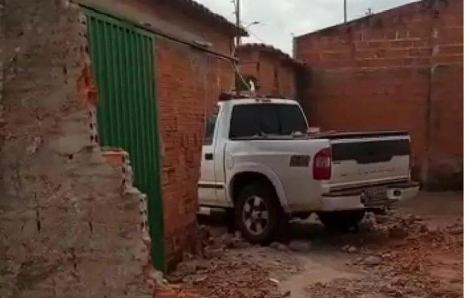 Motorista embriagada atinge casa e quebra muros em Araguaína, diz polícia